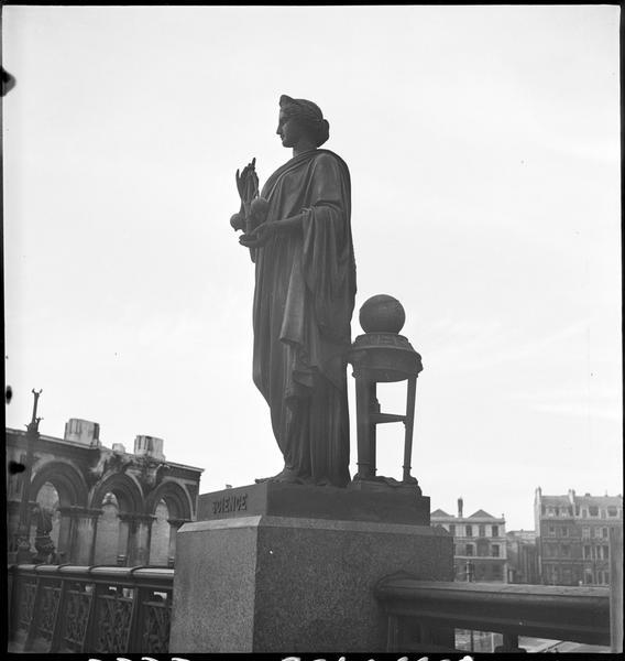 Détail de l'ornementation du viaduc : statue représentant la Science