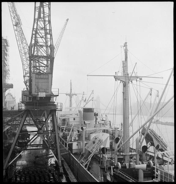 Bateaux à quai et grues