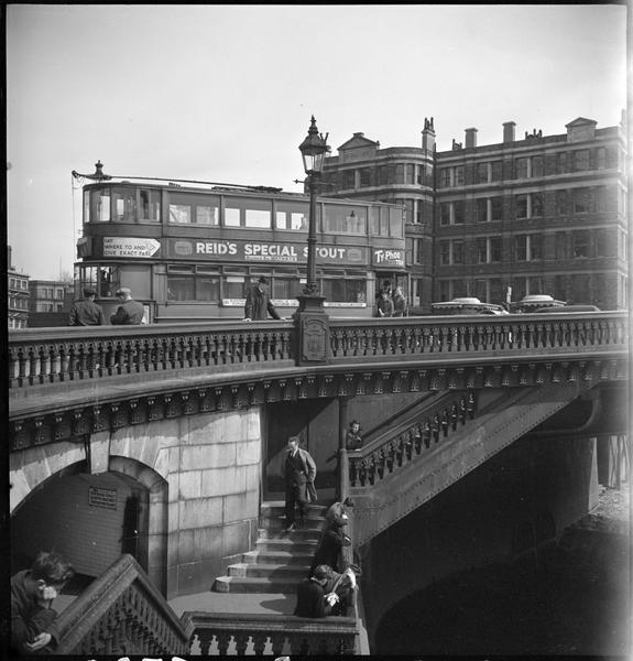 Passants, circulation automobile et tramway sur le pont