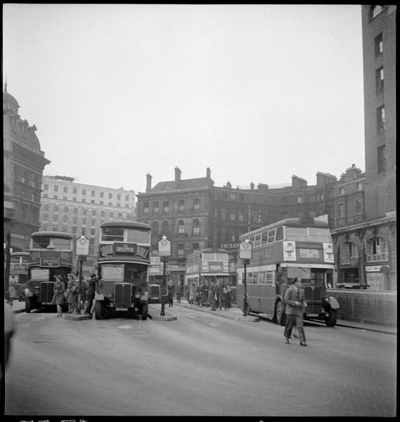 Autobus à impériale et passants