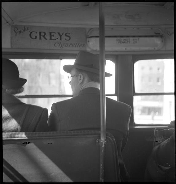 Deux passagers dans un autobus à impériale