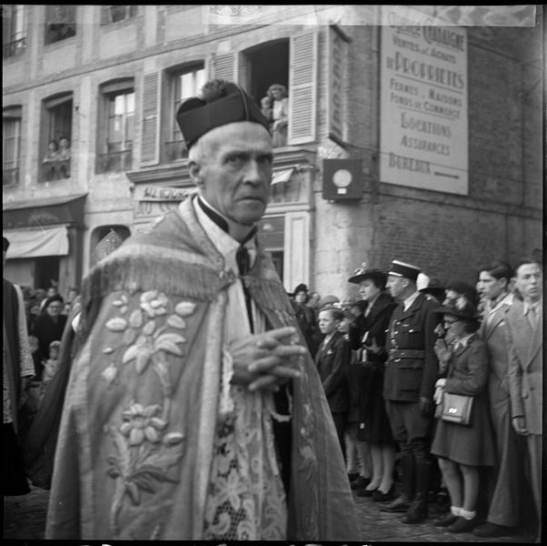 Procession religieuse : un prêtre