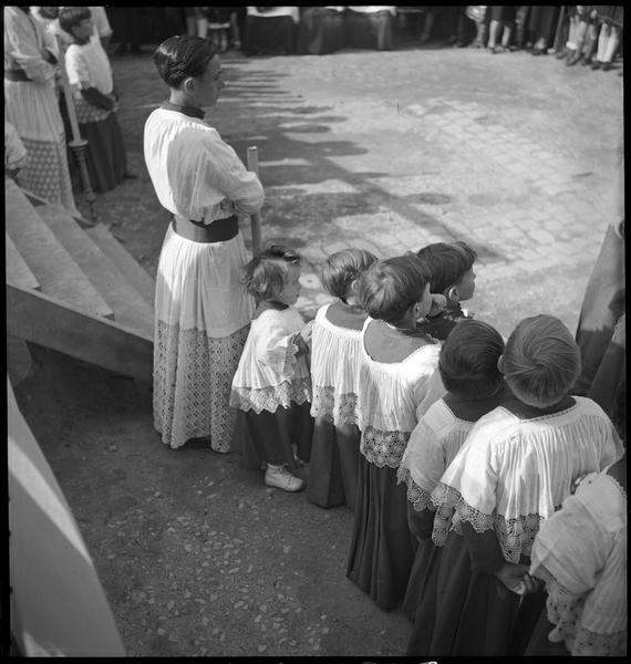 Cérémonie religieuse : ecclésiastiques et enfants de choeur