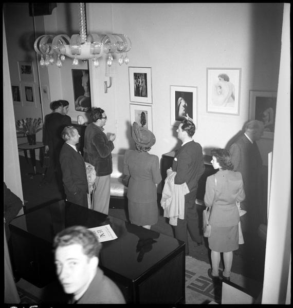 Le public à l'exposition «Le nu vu par les XV» (au centre, le photographe René-Jacques)