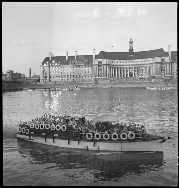 La navigation sur le fleuve : un bateau de croisière
