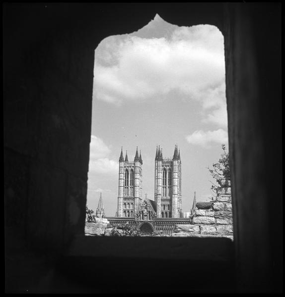 Vue depuis l'embrasure d'une fenêtre dans un bâtiment médiéval