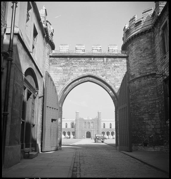 «The Castle». Cour intérieure et automobile
