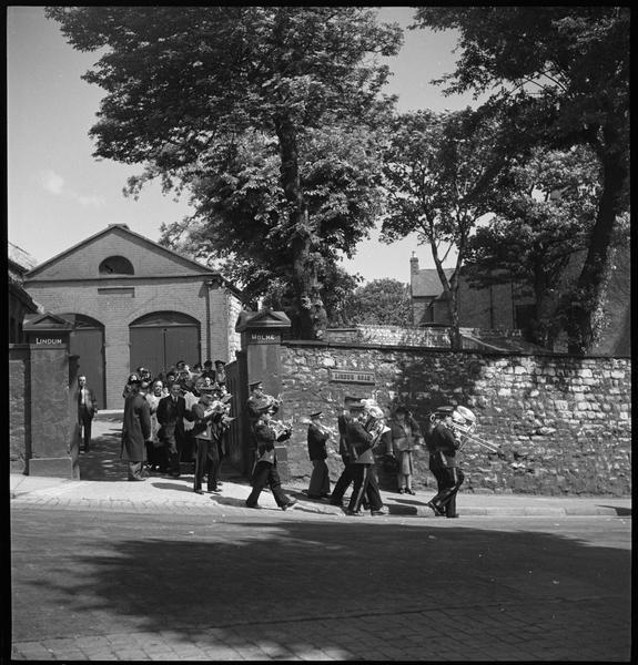 Une procession : la fanfare