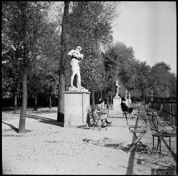 Jeune femme songeuse au pied d'une statue