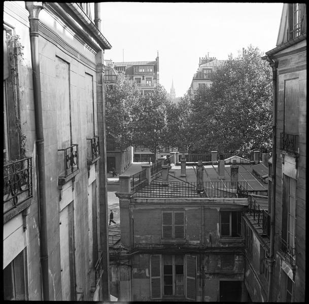 Vue vers le boulevard au-delà de la cour intérieure de l'immeuble du photographe
