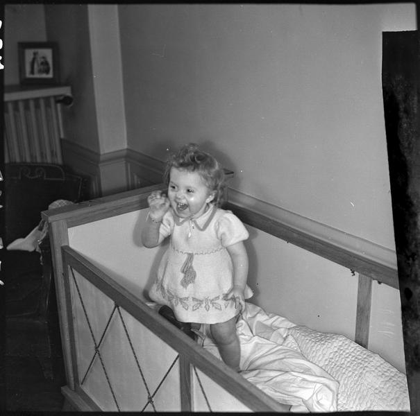 Fillette - enfant Kirfel - debout dans un lit