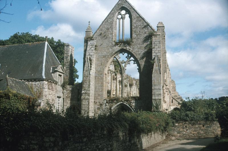 Eglise en ruines : façade ouest