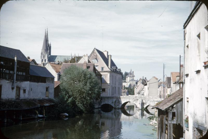 Maisons et le pont sur l'Eure, flèches de la cathédrale à l'arrière-plan