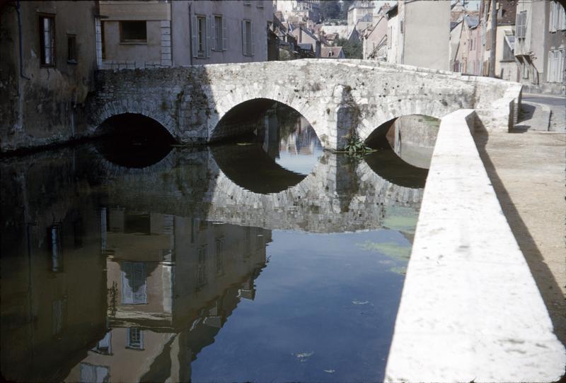 Le pont à arches et son reflet dans l'Eure