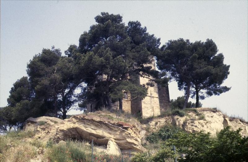 Donjon isolé sur une colline