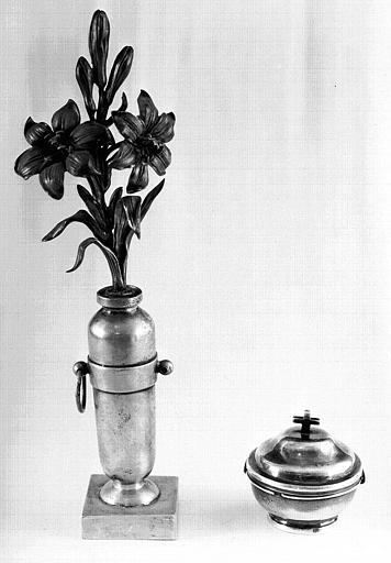 Vase et bouquet en argent. Pyxide en argent