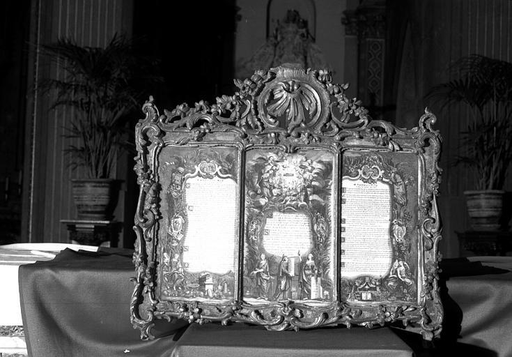 Canon d'autel formant un triptyque, gravures colorées dans un cadre en bois sculpté et doré