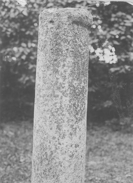 borne routière (colonne milliaire), vue partielle