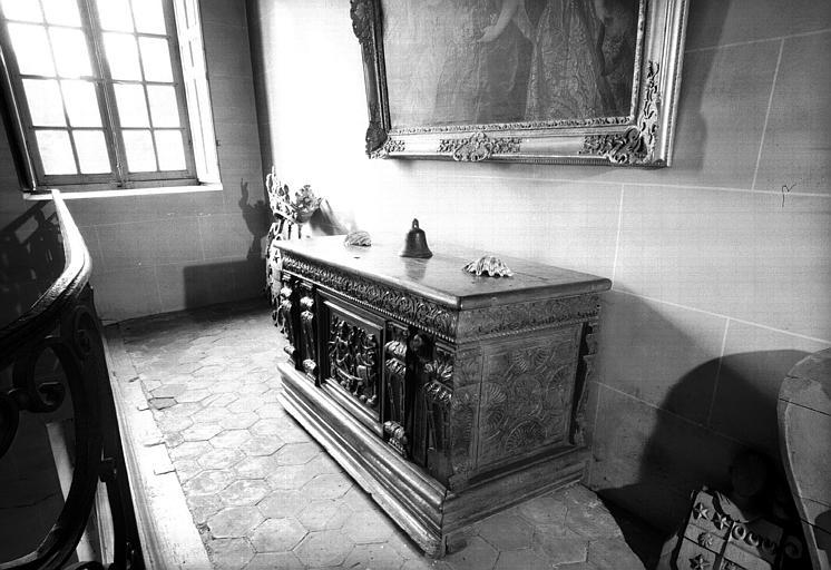 Grand coffre en bois naturel sculpté d'époque Henri II, Mercure sur son char tiré par les chevaux du soleil (palier du premier étage)