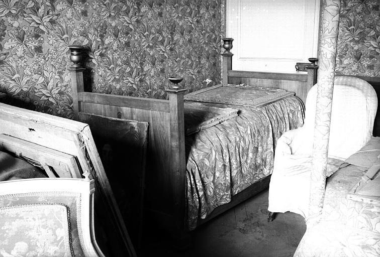 Un lit Empire avec montants inégaux en bois fruitier (chambre du midi du premier étage, côté cour)