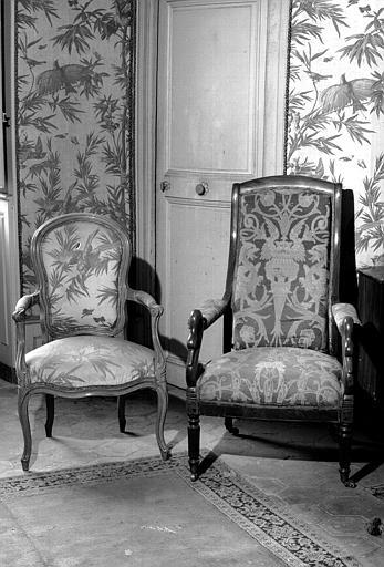 Quatre fauteuils Louis XV en bois naturel couverts de Perse Second Empire et quatre fauteuils confortable d'époque Empire à col de cygne (chambre verte du premier étage)