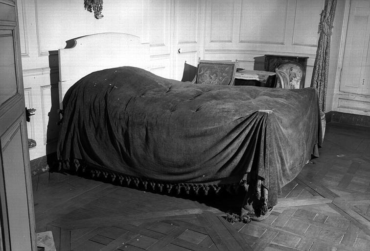 Un lit garni peint en blanc (chambre d'honneur du premier étage donnant sur l'avenue du Couchant)