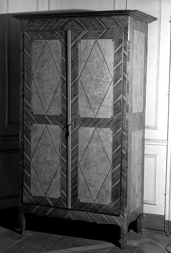 Une armoire à deux portes en marqueterie de bois fruitier d'époque Louis XVI (chambre d'honneur du premier étage donnant sur l'avenue du Couchant)