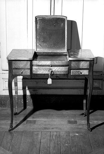 Une table à coiffer Louis XV en marqueterie de cubes ayant appartenu à la Marquise de Choiseul, avec la garniture intérieure de pots à fard en Chantilly et soierie d'époque (chambre d'honneur du premier étage donnant sur l'avenue du Couchant)