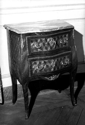 Une petite commode d'époque Louis XV à deux tiroirs en marqueterie de cube et dessus marbre, bronzes doré (chambre d'honneur du premier étage donnant sur l'avenue du Couchant)