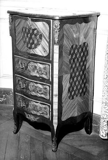 Un petit secrétaire Louis XV en marqueterie de cubes, comme les deux meubles 74X01566 et 74X01567, avec abattant, dessus en marqueterie et trois tiroirs sans abattant (chambre d'honneur du premier étage donnant sur l'avenue du Couchant)