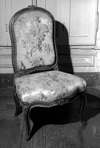 Une chaise basse Louis XV couverte en soierie (chambre d'honneur du premier étage donnant sur l'avenue du Couchant)
