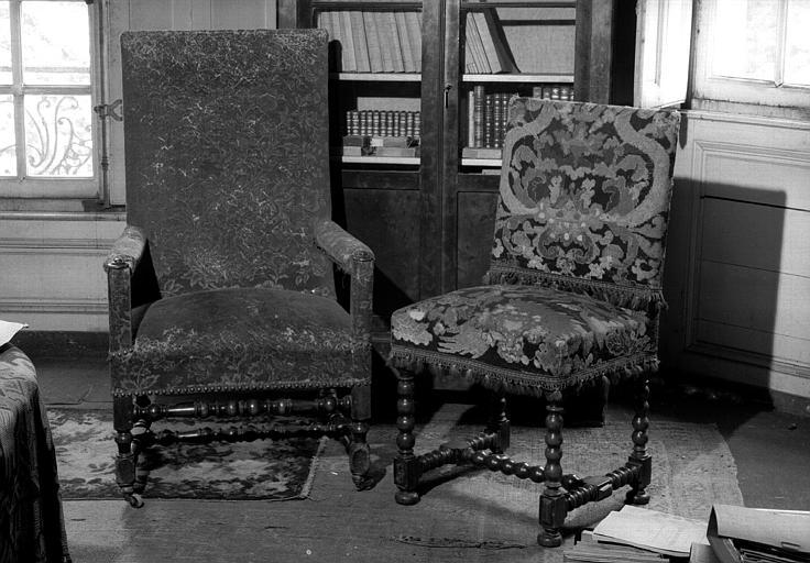 Un fauteuil et quatre chaises Louis XIII en bois tourné, le fauteuil est couvert de velours rouge, trois chaises en tapisserie et une en velours d'Utrecht (bibliothèque du premier étage)