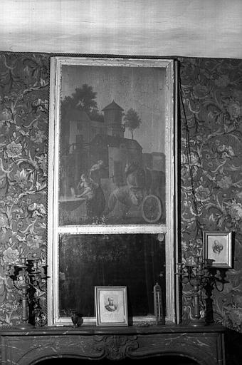 Une glace avec son trumeau et une paire de flambeaux à quatre lumières époque Restauration (bibliothèque du premier étage)
