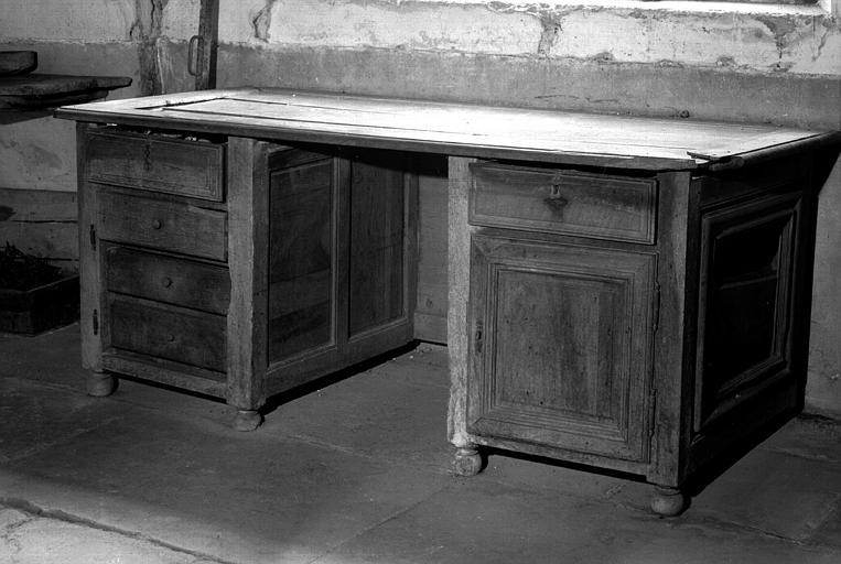 Meuble de cuisine à tiroirs en chêne ciré (cuisine du bâtiment situé à droite du château)
