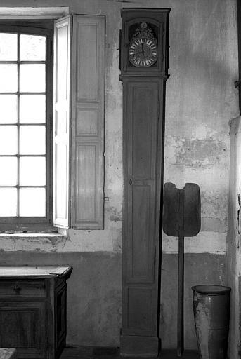 Grande horloge à contrepoids et pelle à pain (cuisine du bâtiment situé à droite du château)