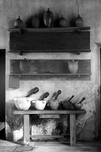 Petite table de cuisine en chêne massif; mortiers en marbre de tailles différentes avec pilon d'époque Louis XVI ; Pots en grès anciens (cuisine du bâtiment situé à droite du château)