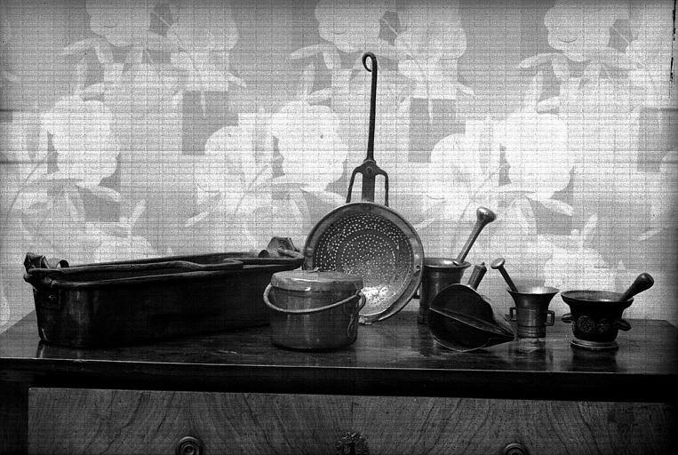 Batterie de cuisine comportant notamment : Chaudrons, marmites, poissonnières, daubières, ... dont certaines frappées au nom du Prince de Conti ou de celui de Mademoiselle de Charolais (90 pièces) (cuisine du bâtiment situé à droite du château)