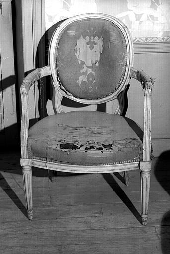 Huit fauteuils médaillon Louis XVI en bois laqué blanc (maison des Lierres)