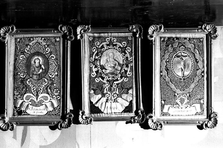 Cabinets encadrés à motifs sacrés en couleurs dans un cadre Louis XIV doré (maison des Lierres)
