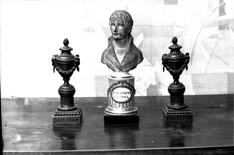 Bonaparte en biscuit de Sèvres ; Encadré de deux bornes-luminaires en bronze Louis XVI (maison des Lierres, chambre de monsieur de Roig)