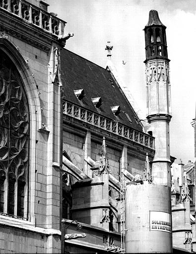 Façade nord, tourelle surmontée d'un campanile en bois