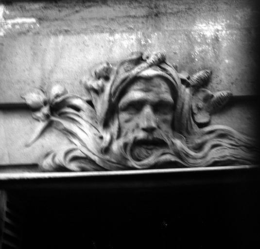 Tête de vieillard, dessus de fenêtre de la façade