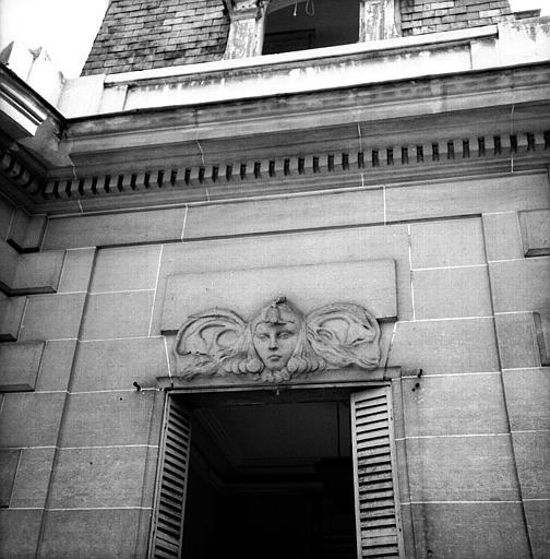 Tête de femme, dessus de fenêtre de la façade côté jardin