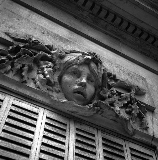 Tête de femme avec feuilles de chêne, dessus de fenêtre côté jardin