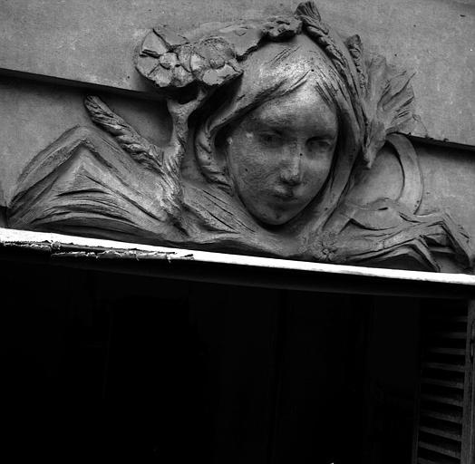 Tête de femme couronnée de blé et de fleurs, dessus de fenêtre côté jardin