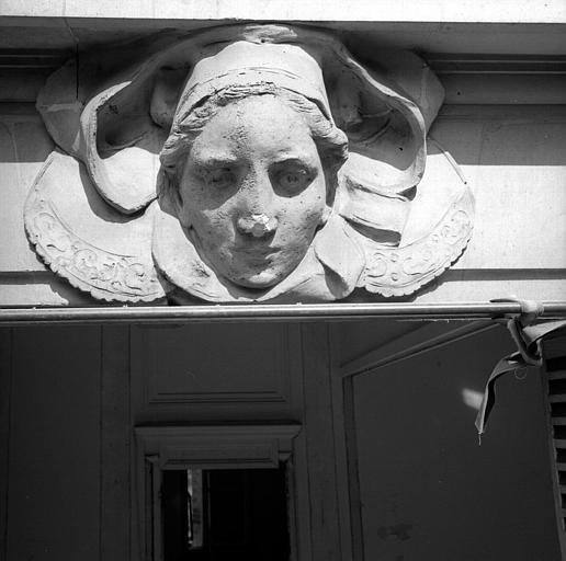 Tête de femme aves coiffe bretonne, dessus de fenêtre côté jardin