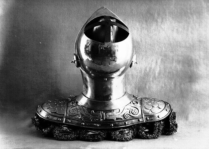 Heaume de l'enterrement de Louis XVIII, dos