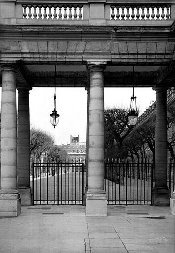 Les jardins vus à travers la colonnade de la galerie centrale