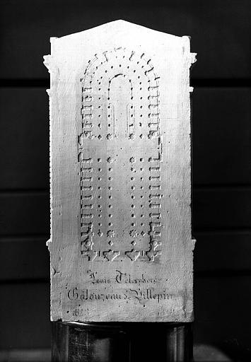 Maquette, vue du plan et de la signature gravée sur le côté de la sacristie