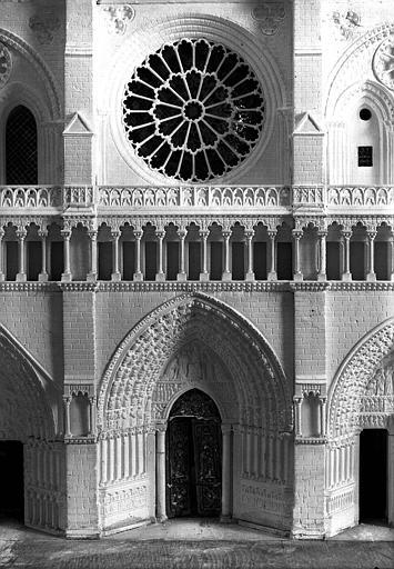 Maquette, détail de la façade principale : Porte centrale et rosace